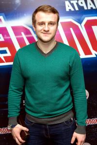 Актер Игорь Огурцов в зеленом свитере